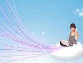 Jovem sentado na nuvem com o laptop — Fotografia Stock