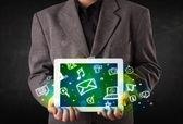 Persona in possesso di un tablet con icone media e simboli — Foto Stock