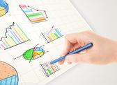 деловой человек, рисунок красочные графики и значки на бумаге — Стоковое фото