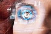 Mujer del futuro con concepto cibernético tecnología ojo del panel — Foto de Stock