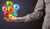 Icônes de réseaux sociaux dans la main d'un homme d'affaires — Photo