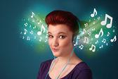 Młoda kobieta z słuchawki słuchać muzyki — Zdjęcie stockowe