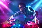 Energiczny dj miksowania muzyki z zaawansowane efekty świetlne — Zdjęcie stockowe