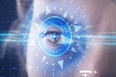 Cyber man met technolgy oog op zoek naar blauwe iris — Stockfoto