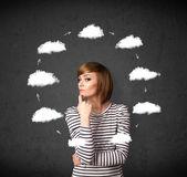 Junge frau mit einer auflage von wolke um ihren kopf denken — Stockfoto