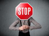 Unternehmer holding ein stop-schild — Stockfoto