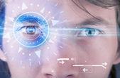 Cyber homem com olho technolgy investigando íris azul — Foto Stock