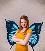 Jovem com ilustração de borboleta azul nas costas — Foto Stock