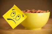 Poznámka: post-it s emotikony nalepený na misce — Stock fotografie