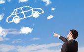 Jovem bonito olhando a nuvem de carro em um céu azul — Foto Stock