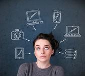 Jovem mulher pensando com gadgets desenhadas à volta da cabeça — Foto Stock