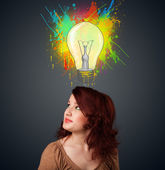 年轻女子与她头顶灯泡的思考 — 图库照片