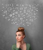 年轻女子与她头上的社会网络图标的思考 — 图库照片