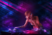 Junge dj spielen auf Plattenspieler mit Farb-Licht-Effekte — Stockfoto