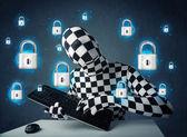 Haker w przebraniu z ikony i symbole wirtualnych blokada — Zdjęcie stockowe