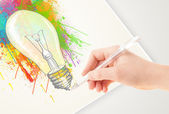 Hand drawing colorful idea light bulb with a pen — Stockfoto