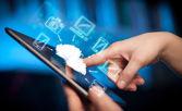 Fingret pekar på tabletpc, mobil moln koncept — Stockfoto