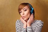 Jovem mulher com fones de ouvido, ouvindo música com espaço de cópia — Foto Stock