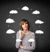Jonge vrouw met wolk circulatie rond haar hoofd te denken — Stockfoto