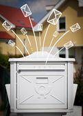 çizilmiş zarflar gelen bir posta kutusu dışında el — Stok fotoğraf