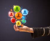 Soziales netzwerk-symbole in der hand einer frau — Stockfoto