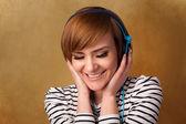 Kopya alanı ile müzik dinlerken kulaklık ile genç kadın — Stok fotoğraf