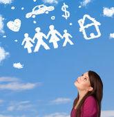 Mladá dívka, snění s rodinou a domácností mraky — Stock fotografie