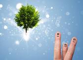 Mutlu parmak suratlar yeşil büyülü parlayan ağaçlı — Stok fotoğraf