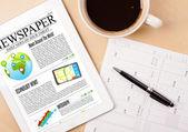 Tablet pc haberler kahve masa üzerinde bir ekranla gösterilir — Stok fotoğraf