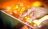 手指指向在 tablet pc 上,社交媒体的概念 — 图库照片