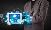 Persona in possesso di un tablet con tecnologia blu icone e simboli — Foto Stock