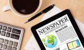 показывает, планшетный пк новости на экране с чашкой кофе на столе — Стоковое фото