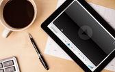 планшетный пк, показывая media player на экране с чашкой кофе на — Стоковое фото