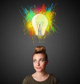 Jovem mulher pensando com lâmpada acima da cabeça — Foto Stock