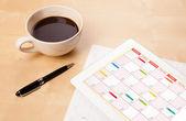 平板电脑与一杯咖啡在 d 上的屏幕上显示的日历 — 图库照片