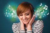 Müzik kulaklık ile genç kadın — Stok fotoğraf