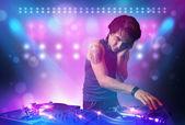 диск-жокей, микширование музыки на вертушки на сцене с огнями и — Стоковое фото