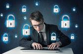 Jonge hacker met virtuele lock symbolen en pictogrammen — Stockfoto