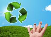 Dita di smiley felice guardando la foglia verde ricicli il segno — Foto Stock