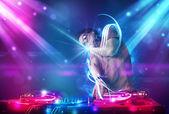 Enerjik dj karıştırma müzik güçlü ışık efektleri ile — Stok fotoğraf