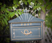 Руки drawn конверты, выйдя из почтового ящика — Стоковое фото