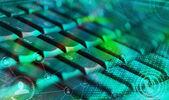 клавиатура с горящими социальные сети иконки — Стоковое фото
