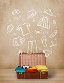 Reisenden gepäck mit hand gezeichneten kleidung und symbole — Stockfoto
