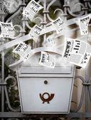 Posta kutusu ile uçan günlük gazeteler — Stok fotoğraf