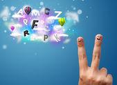 Gelukkige gezichtje vingers kijken kleurrijke magische wolken en bal — Stockfoto