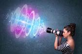 Fotograaf meisje maken van foto's met krachtige lichtschermbewaking cat.2 — Stockfoto