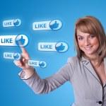 社会的ネットワークのアイコンを押すと女性手 — ストック写真 #5150436