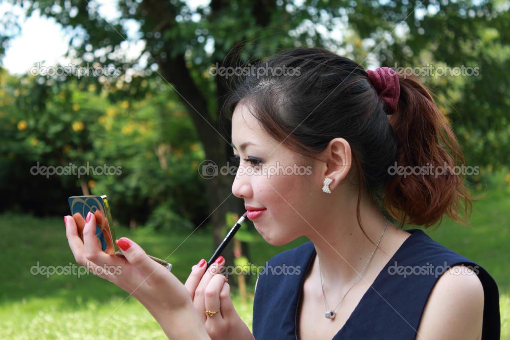 Женщина смотрит на губы фото 214-690