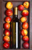 White wine and peaches — Stock Photo