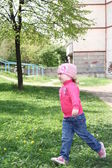 Girl in spring park — Stockfoto
